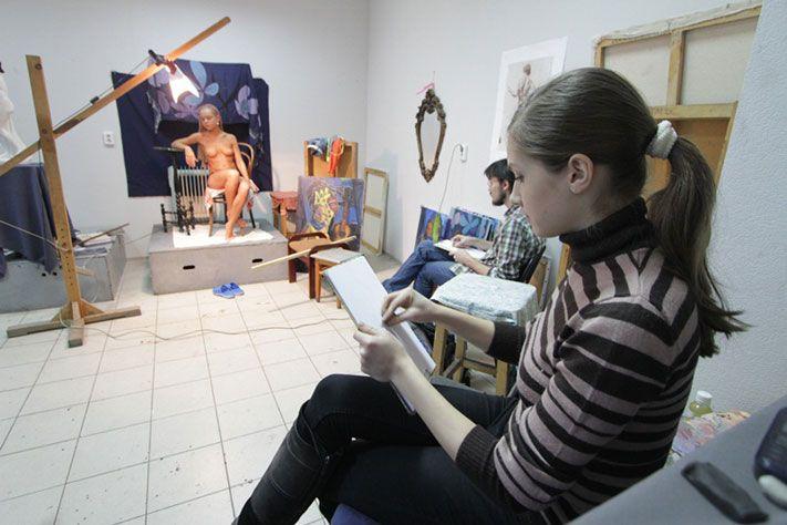 Девушки позируют художнику