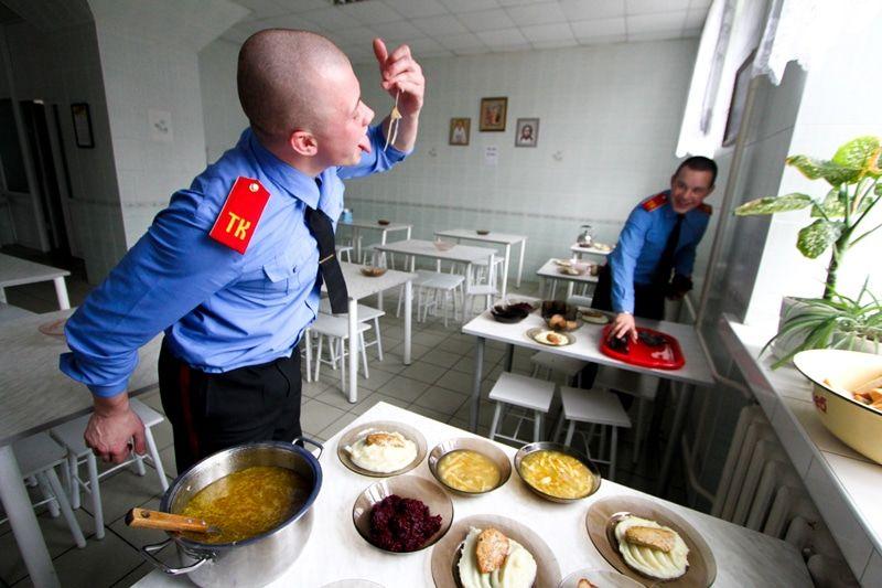 ВТомске учащиеся кадетского корпуса объявили голодовку из-за опарышей вкаше