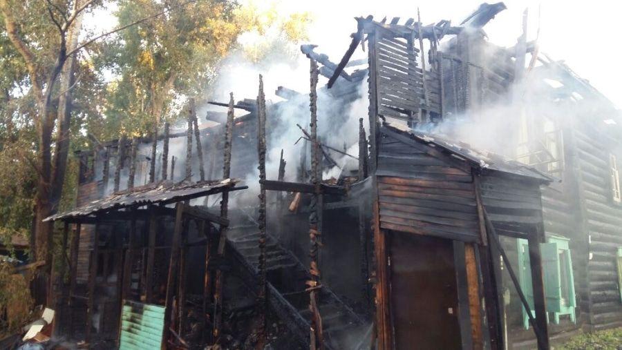 Происшествия пожар на бело горит деревянный дом томские деревяшки спасли из огня Томские пожарные спасли двух человек