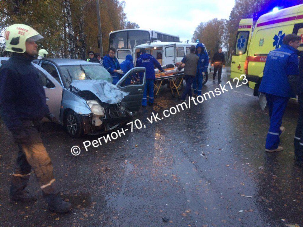 Натрассе под Томском столкнулись «Тойота» имаршрутный автобус