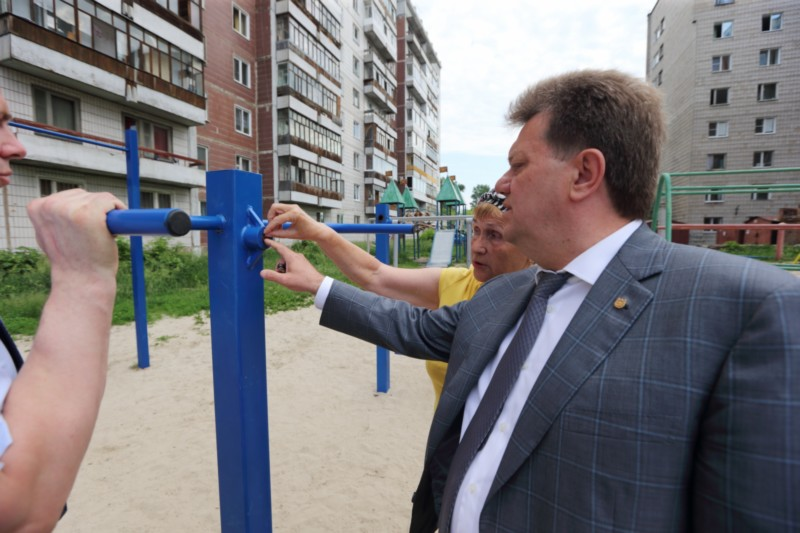 Мэр Томска Иван Кляйн проинспектировал ход ремонта дворов