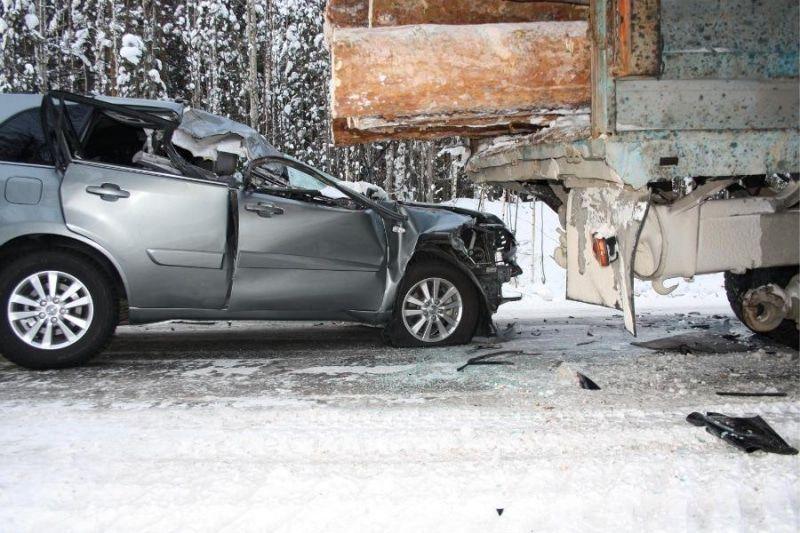 Иномарка врезалась в «Татру» и КамАЗ на трассе в Томской области