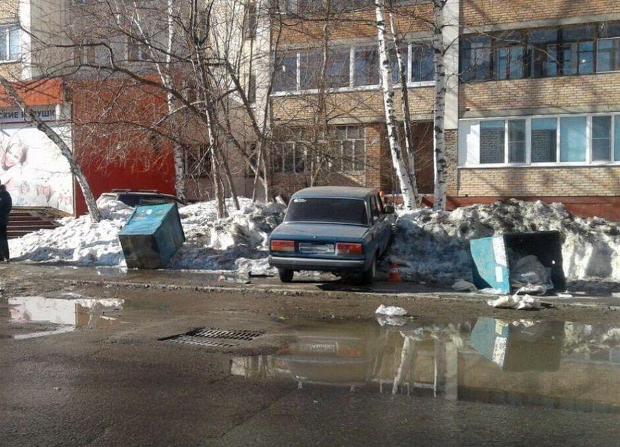 ВТомске сбитым «Жигулями» мусорным баком придавило женщину с сыном