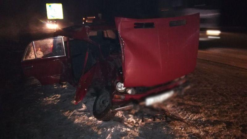 Натомской трассе школьник зарулем ВАЗа протаранил грузовой автомобиль