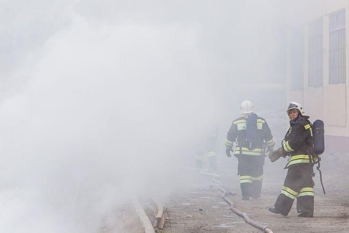 Пожарные 4 часа ликвидировали возгорание в деревянном доме в Томске