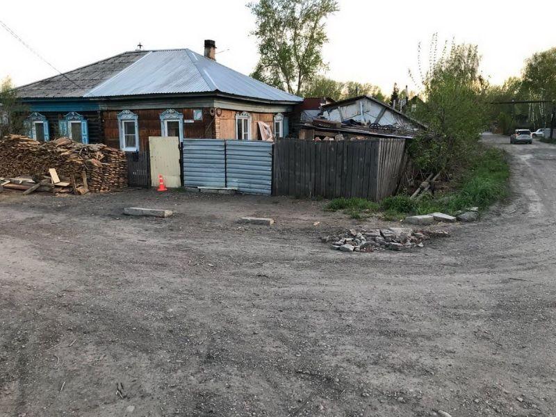 В Томске неизвестный врезался в забор, сбил пожилую женщину и скрылся с места ДТП