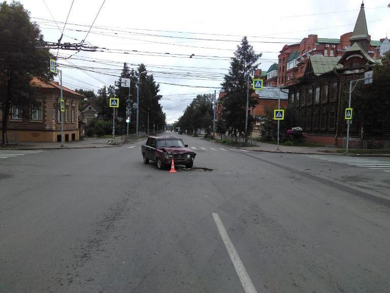 Двое госпитализированы после столкновения иномарки и ВАЗа в Томске