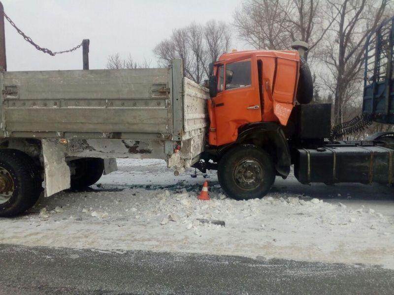 В Томске столкнулись два КамАЗа, пострадал водитель